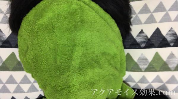暖かいタオルを顔に当てる